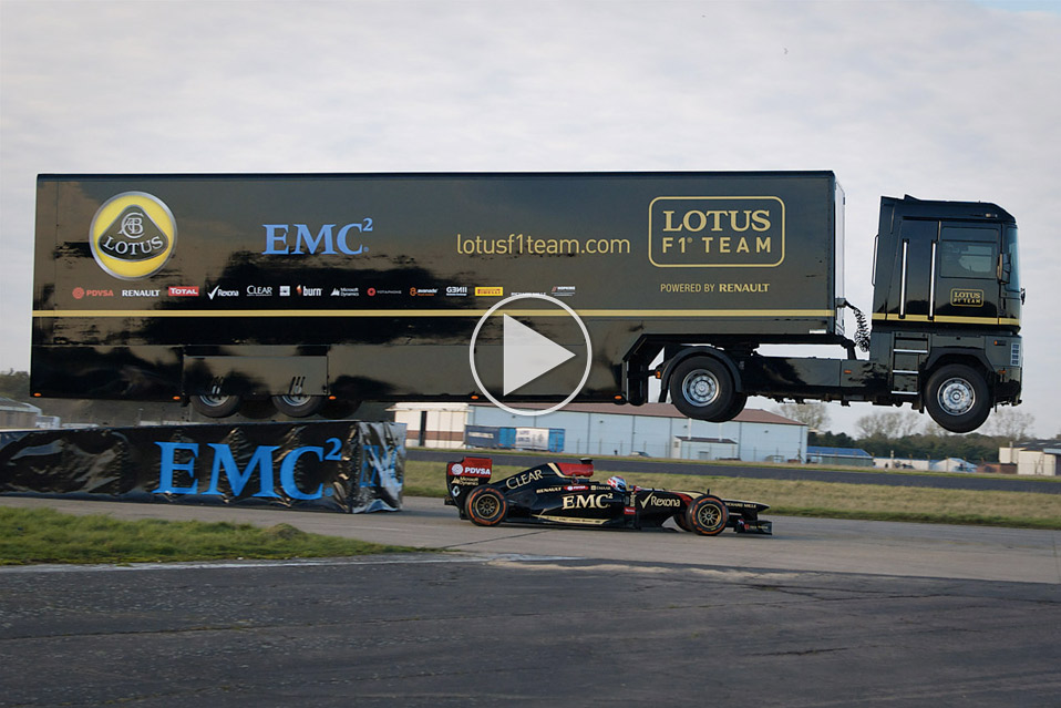 Lastbil-hopper-over-F1-racer_1