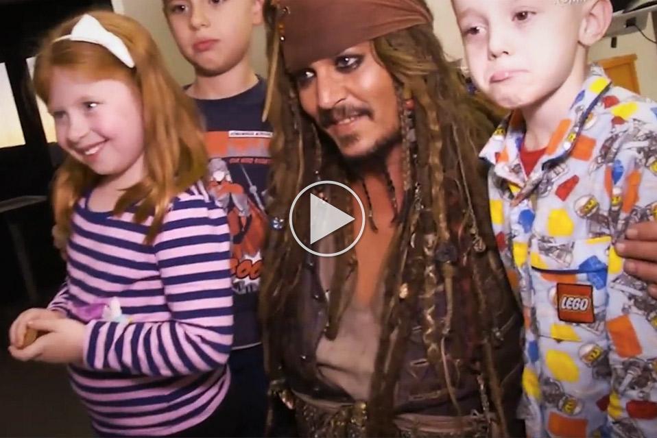 Johnny-Depp-besøger-børnehospital-forklædt-som-Jack-Sparrow