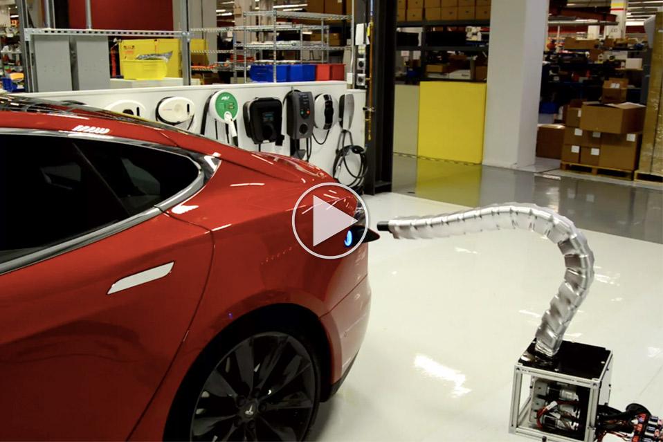 Oplad-Tesla-med-robot-slange