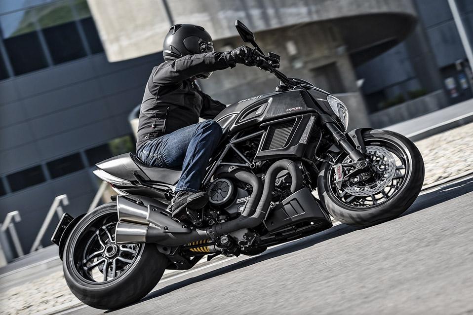 2016-Ducati-Diavel-Carbon_13
