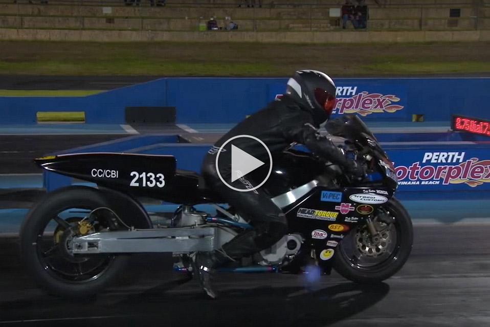Tohjulet-dragracer-kommer-flyvende-fra-start_1