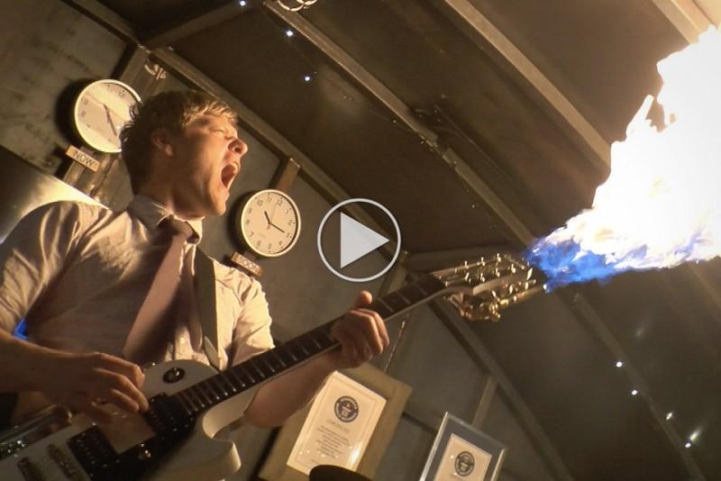 Gal-opfinder-bygger-en-vild-flamme-guitar_1