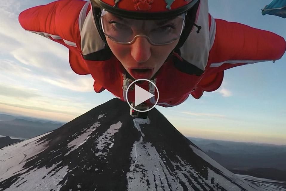 Roberta-Mancino-flyver-i-wingsuit-over-aktiv-vulkan_1