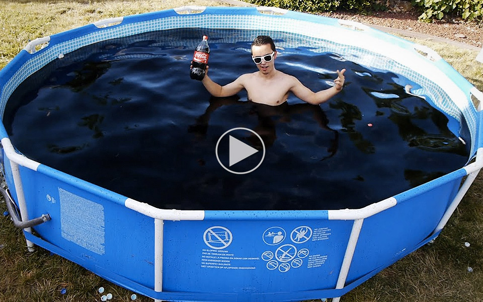 Sadan-foles-det-at-bade-i-en-pool-fyldt-med-cola_1