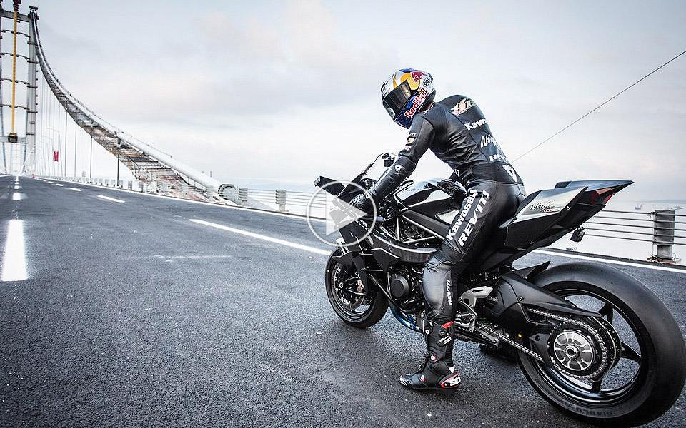 400 km/t på nakken af en Kawasaki Ninja H2R over en bro