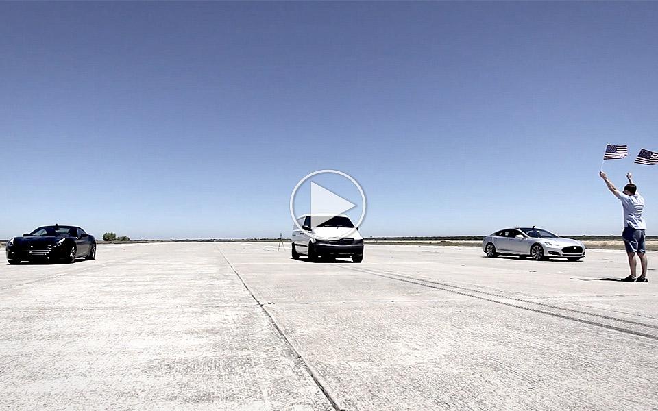 Elektrisk varevogn kører fra Tesla og Ferrari