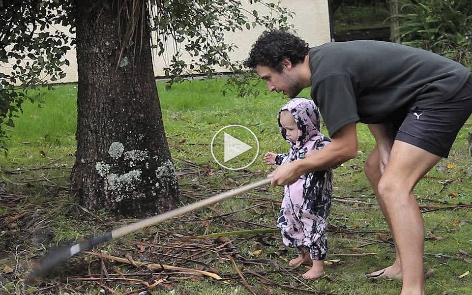 Sadan-far-du-din-baby-til-at-hjalpe-med-huspligterne_1