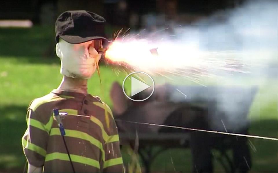 Vild-video-viser,-hvorfor-du-ikke-skal-fjolle-med-fyrvarkeri_1