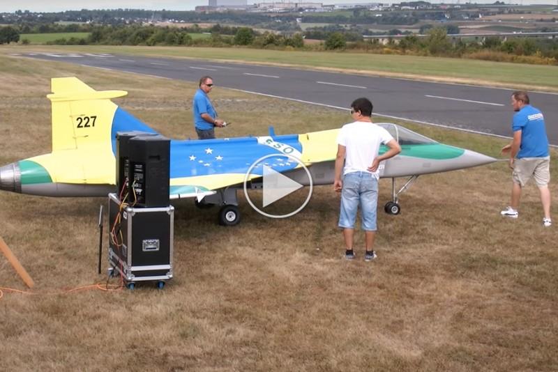 Kæmpe RC-fly pulveriserer i luften