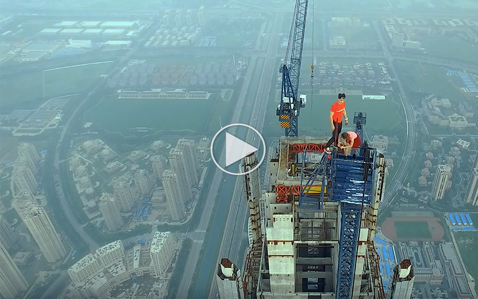 Skort-par-klatrer-640-meter-op-i-verdens-hojeste-kran_1