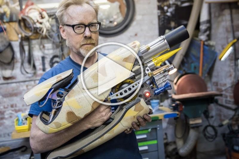 Adam-Savage-bygger-vabnet-Zorg-ZF-1-fra-Det-Femte-Element_fb