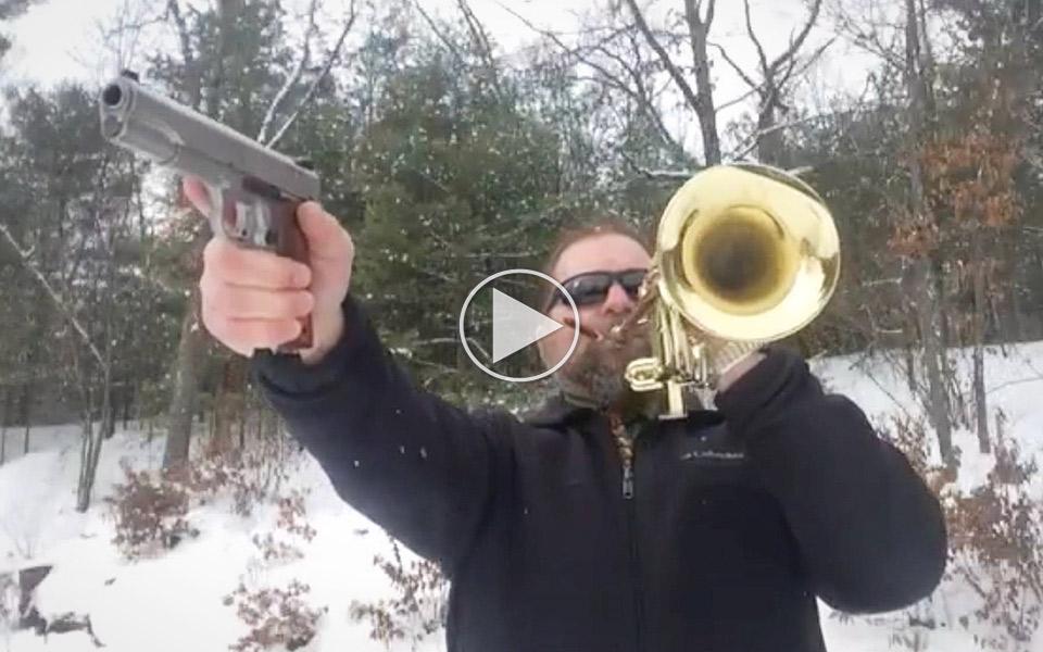Super-Mario-Bros.-med-en-pistol-og-en-trompet_1