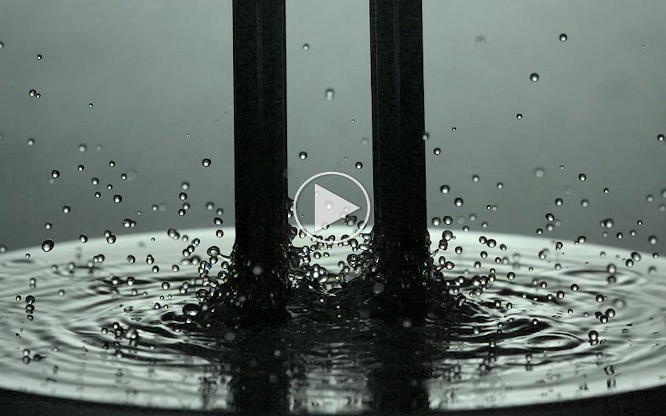 En-stemmegaffel-i-vand-filmet-i-slow-motion-er-hypnotiserende_1