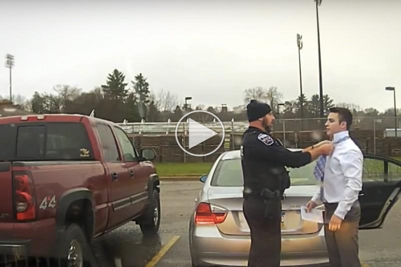 Betjent-stopper-studerende-for-at-kore-for-hurtigt,-ender-med-at-binde-hans-slips_1