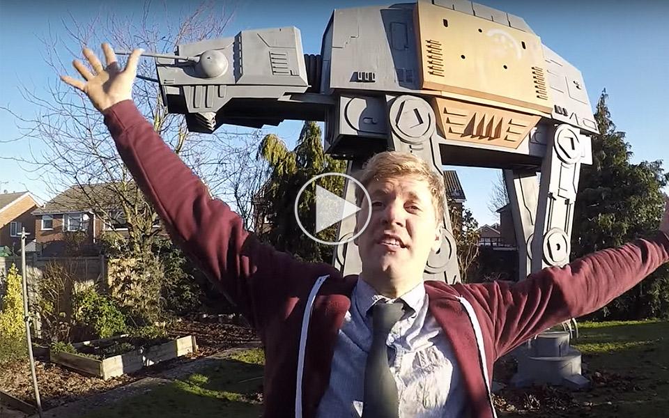 Colin-Furze-har-bygget-en-enorm-Star-Wars-AT-AT-i-baghaven_1