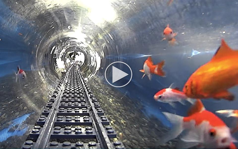 Vanvittigt-gennemfort-LEGO-togbane-korer-under-vandet_1