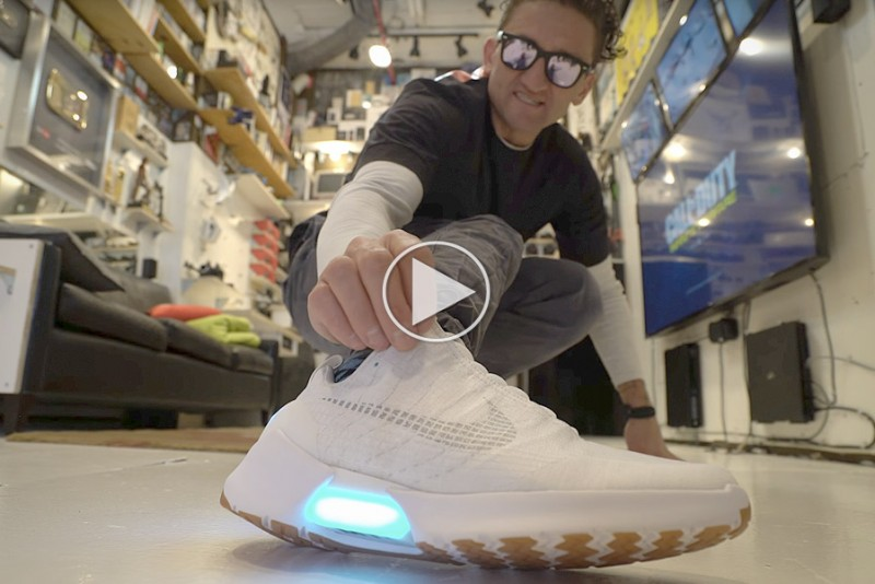 Casey-Neistat-tester-Nikes-nye-selvsnorende-sneakers_1
