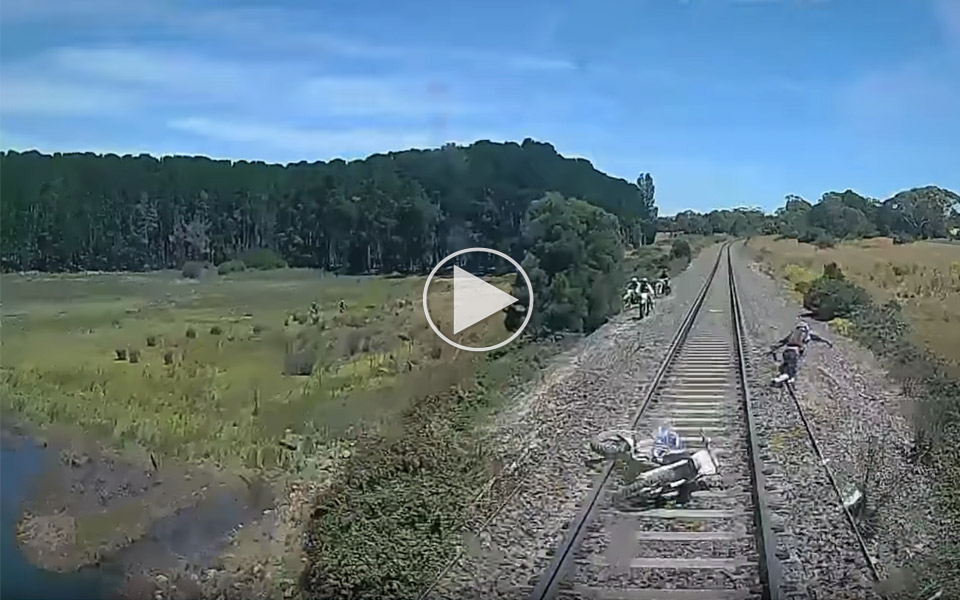 Derfor-skal-du-ikke-kore-motorcykel-pa-togskinnerne_1