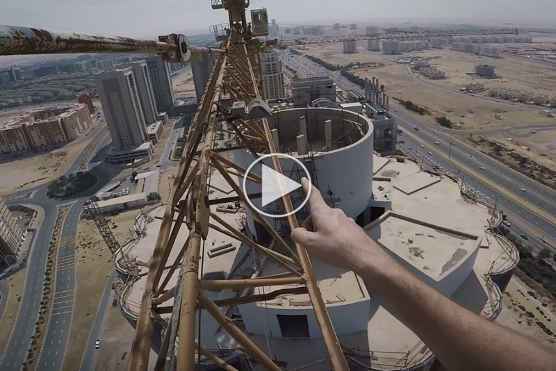 Gal-klatrer-i-livsfarligt-stunt-mellem-to-hoje-bygninger_1