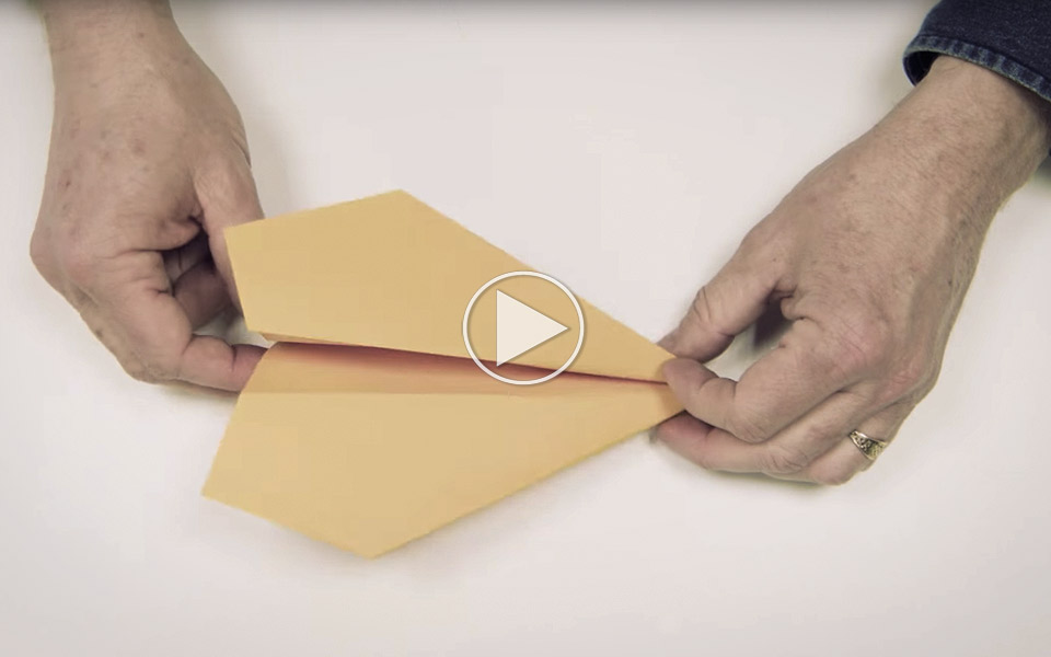 Sadan-folder-du-verdens-bedste-papirflyver_1