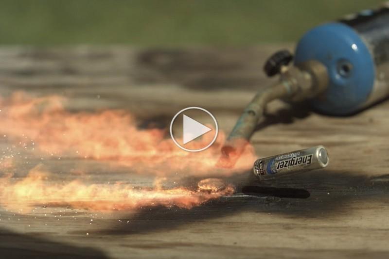 Slow-motion-afslorer,-at-batterier-bliver-til-sma-missiler,-hvis-du-satter-ild-til-dem_1