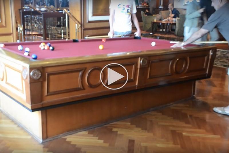 Sadan-spiller-man-pool-pa-et-vippende-skib_1