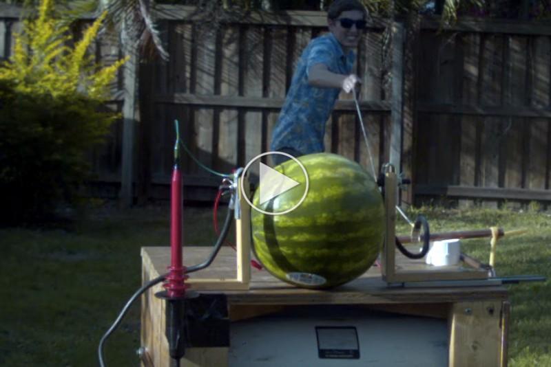 Se-hvad-der-sker,-nar-du-pumper-20000-volt-ind-i-en-vandmelon_1