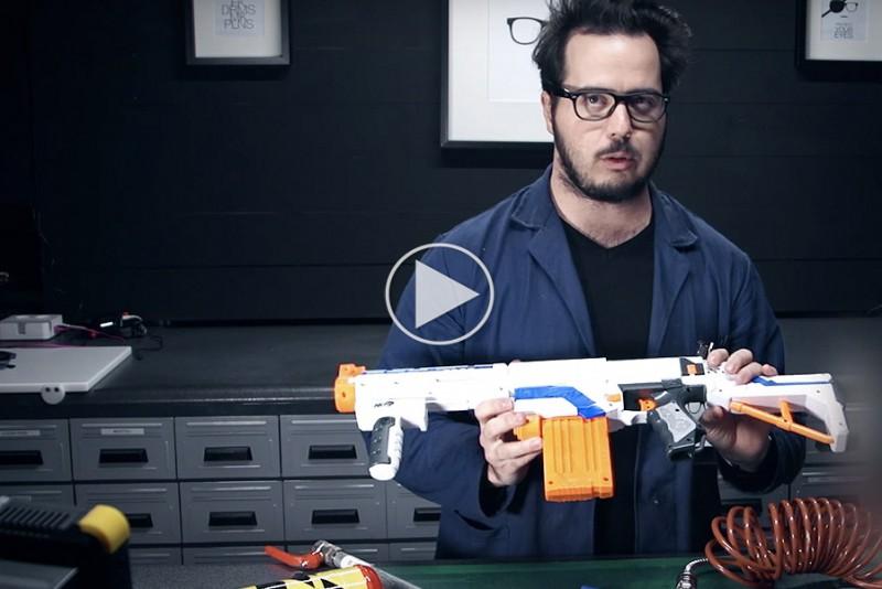 Verdens-kraftigste-NERF-gevar-skyder-hul-i-daser_1