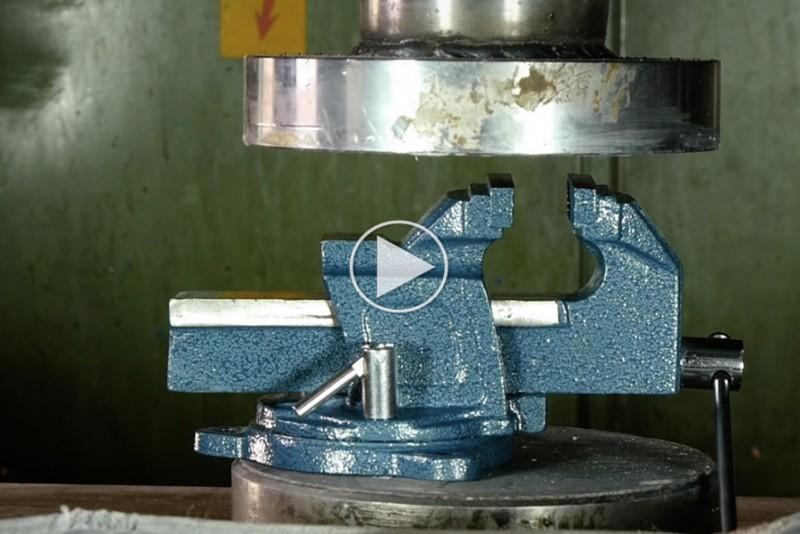 En-skruebank-moder-en-hydraulisk-presse_1