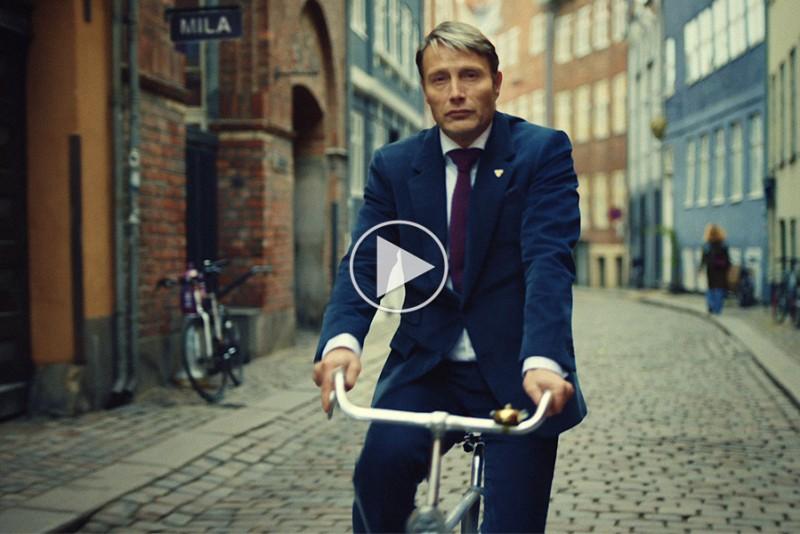Mads-Mikkelsen-salger-ol-i-ny-kreativ-Carlsberg-reklame_1