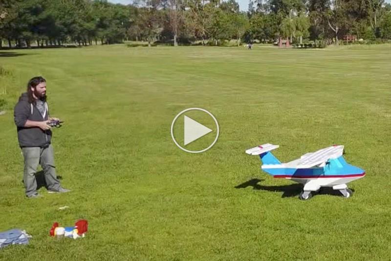 Fyr-flyver-med-sit-hjemmelavede-kampe-LEGO-fly_1