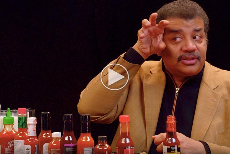 Neil-deGrasse-Tyson-spiser-hot-wings-og-afslorer-universet_1