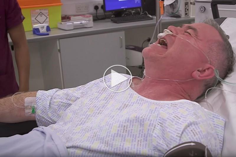 Patient-med-brakket-ankel-hygger-sig-pa-Ketamin_1