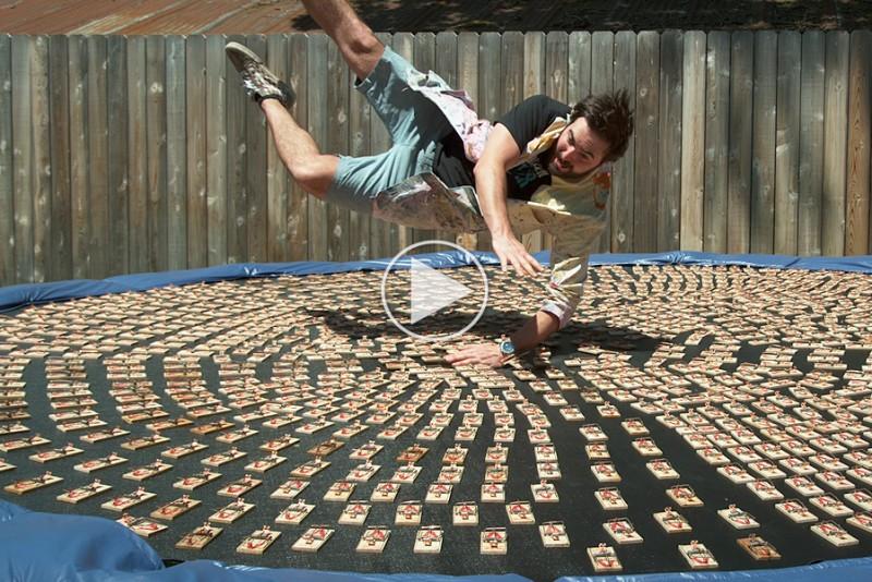 Se-hvad-der-sker,-hvis-du-lander-pa-en-trampolin-med-1.000-musefalder_1