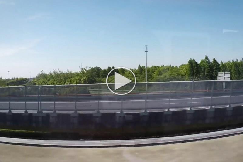 To-Maglev-toge-passerer-hinanden-pa-et-splitsekund_1