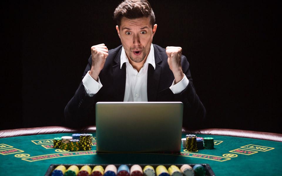 Mange-mænd-finder-stor-underholdning-i-online-poker