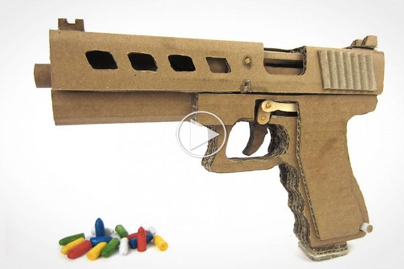 Sadan-laver-du-en-pap-pistol,-der-skyder-harmlose-kugler_1