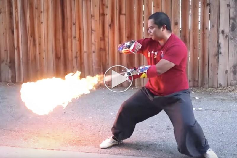 Flammekaster på hænderne skyder ild, når du slår