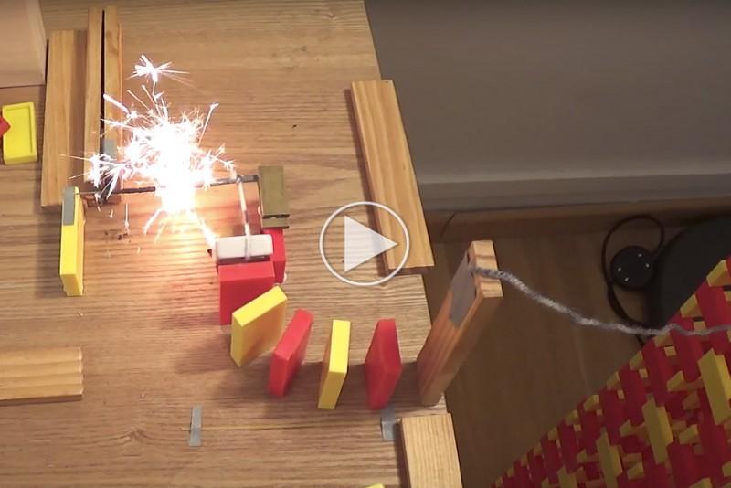Ild og eksplosioner gør Domino meget sjovere