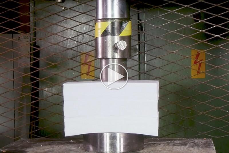Se det voldsomme resultat, når en hydraulisk presse møder 1.500 stykker papir