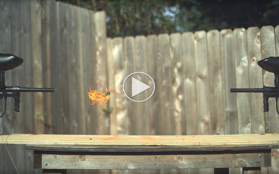 Se hvad der sker i slow motion, når to paintballkugler rammer hinanden
