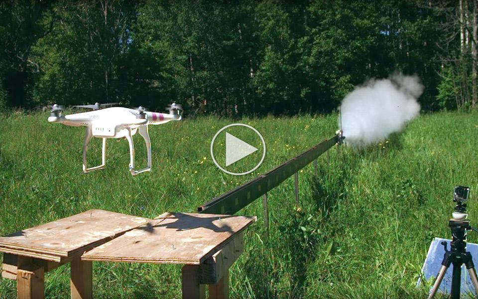 Se hvad et raketdrevet sværd gør ved en drone