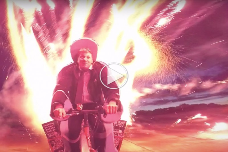 Skør opfinder tester sin cykel med 1.000 eksploderende raketter