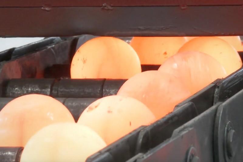 Det er underligt tilfredsstillende at se stålkugler blive lavet