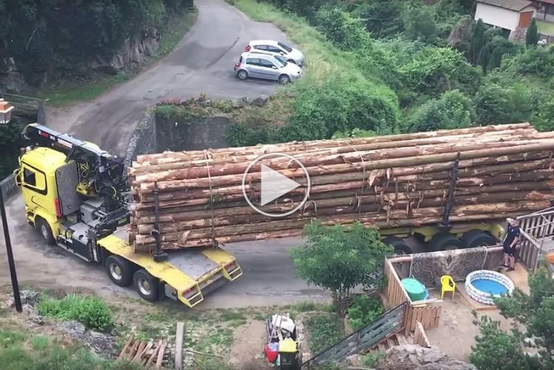 Lastbilchauffør klarer snæver bro som en boss