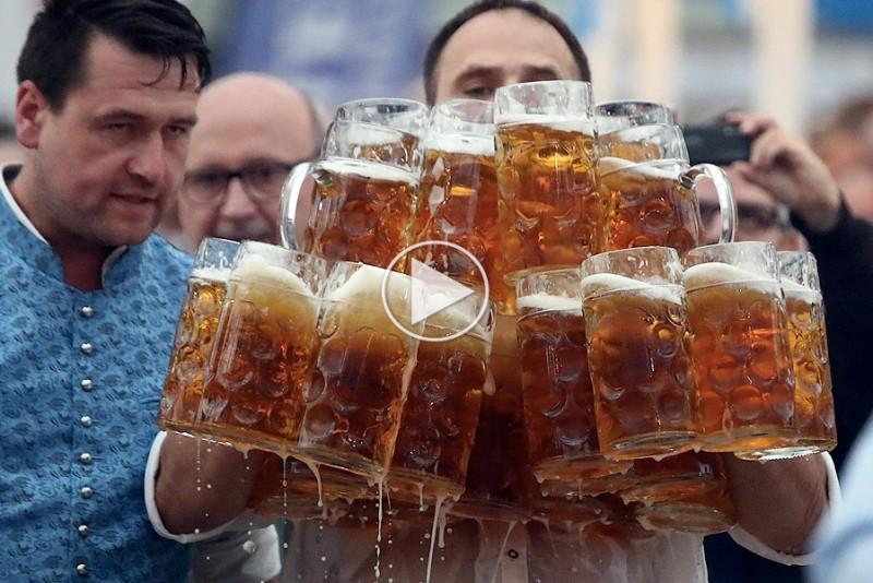 Oliver har verdensrekorden i at bære ølkrus