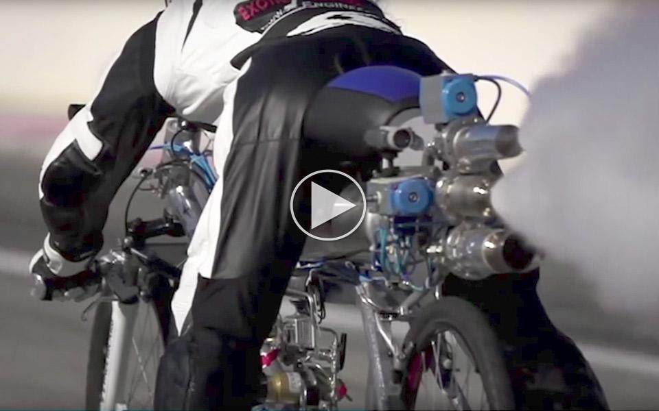 Se en vovehals gå fra 0-333 km/t på 4,8 sekunder - på en cykel