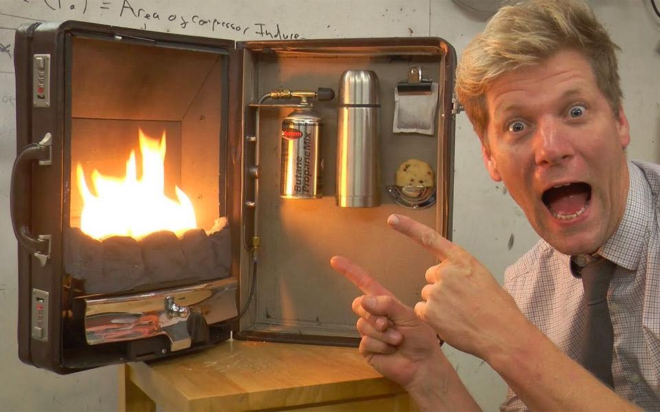 Colin Furze bygger et ildsted i en attachémappe