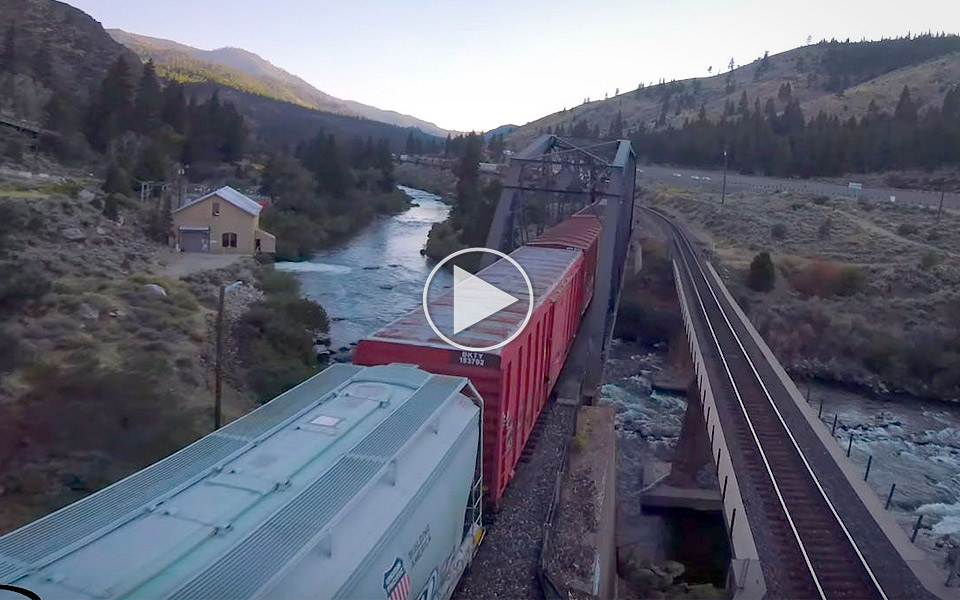 Drone fanger kørende tog i kvalmende flot video