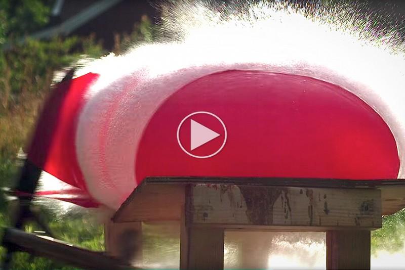 Se hvad der sker, når en raket-kniv møder en kæmpe vandballon